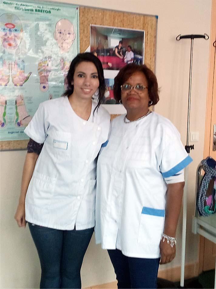Lenna ISSAD, infirmière diplômée d'état et réflexologue, aux côtés de Marie-Agnès étudiante infirmière de 3ème année