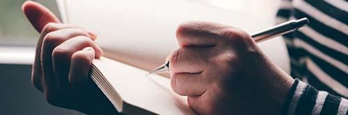 jeune femme écrivant dans son journal